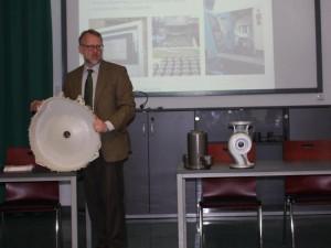 An Produkten der Gießerei verdeutlichte Clemens Küpper den Qualitätsanspruch an die Verarbeitung derer.