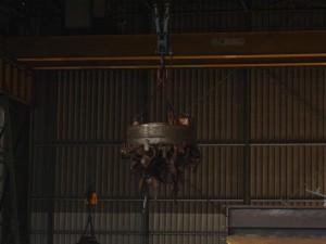 Ein vollautomatischer Roboter/ Magnetkran sorgt für den Nachschub im Ofen. Er weiß nicht nur wieviel Metall wo liegt, sondern ebenso wie er dieses zu mischen hat.